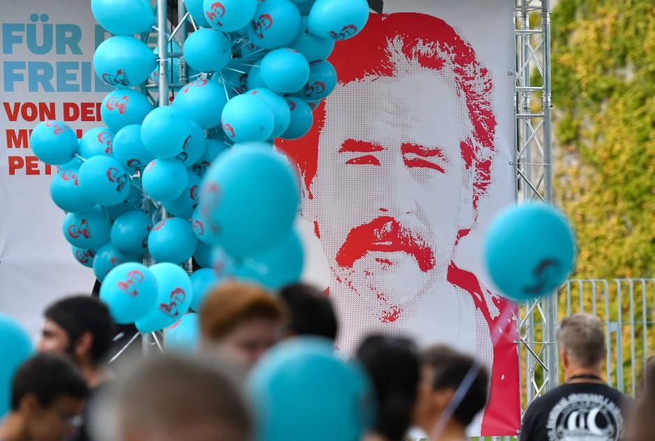 Nach einem Auto- und Fahrrad-Korso trafen sich Hunderte Demonstranten zu einer Kundgebung vor dem Kanzleramt. Sie forderten die Freilassung von Yücel und den in der Türkei inhaftierten Journalisten.
