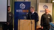 Bewacht: Maaßen bei seinem Vortrag in Weiden in der Oberpfalz
