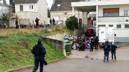Polizei zwingt protestierende Schüler auf die Knie