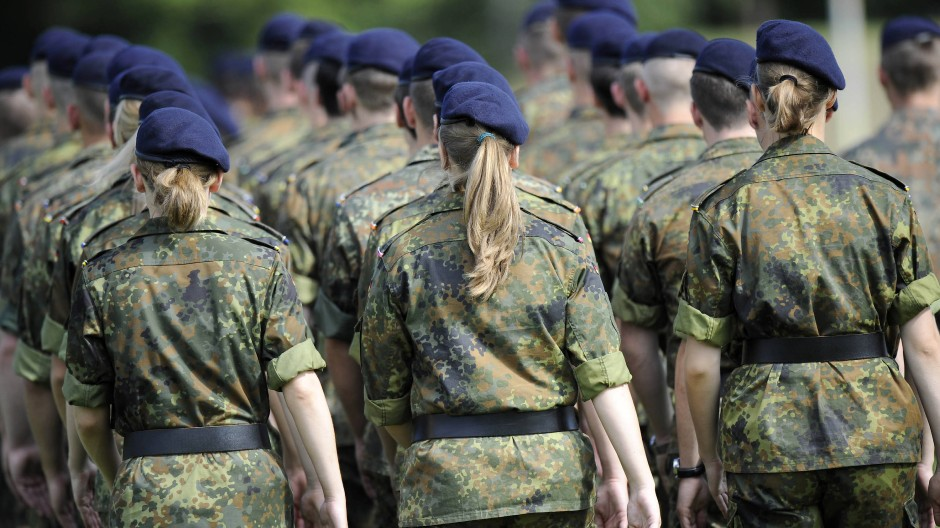 Soldatinnen und Soldaten eines Offiziersanwärterlehrgangs marschieren im niedersächsischen Munster zu ihrem Gelöbnis. (Aufnahme von 2011)