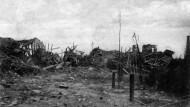 Eine zerstörte Straße in Langemark, nachdem die Ortschaft im April 1915 erstürmt wurde.
