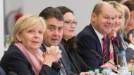 Bloß nicht allzu willig scheinen – schon gar nicht vor den eigenen Anhängern: Hannelore Kraft, Ministerpräsidentin von Nordrhein-Westfalen, Olaf Scholz, Erster Bürgermeister Hamburgs,  neben dem Parteivorsitzenden Sigmar Gabriel und Generalsekretärin Andrea Nahles am Verhandlungstisch im Konrad-Adenauer-Haus.