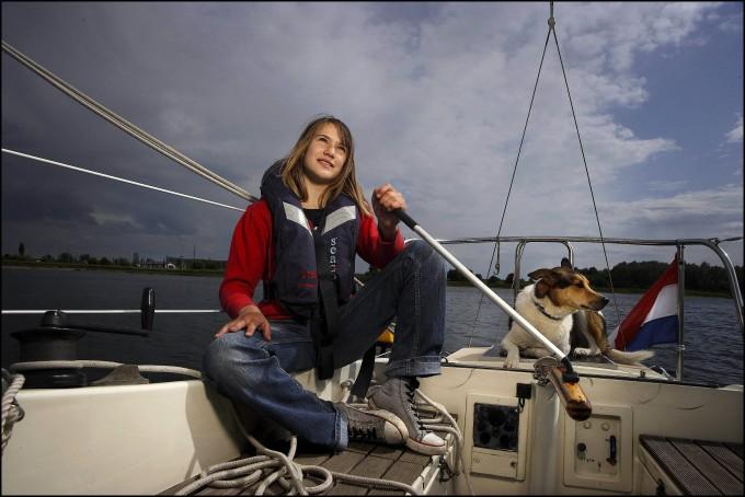 """Im Mai 2009: Laura Dekker sitzt in Wijk bij Duurstede in den Niederlanden auf ihrer """"Guppy""""."""