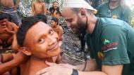 Gewagte Expedition: Mitarbeiter der Indianerbehörde Funai untersuchen Mitglieder der Korubo.