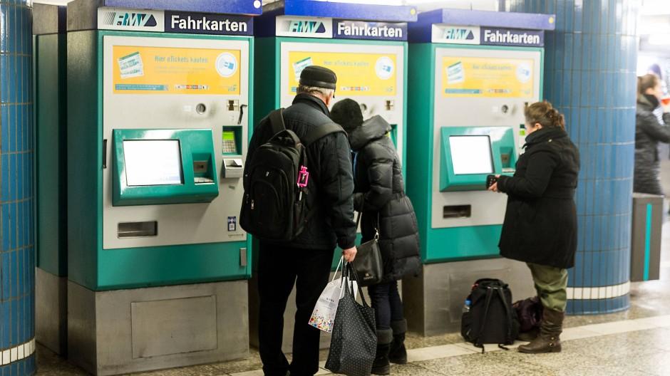 Fahren bald besonders billig Bus und Bahn: Rentner in Hessen - hier Senioren an einem Fahrkartenautomaten in Frankfurt.