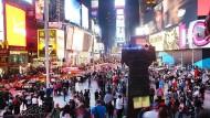 Bunte Auswahl: Momentan können Urlauber auch am New Yorker Times Square günstig einkaufen gehen.