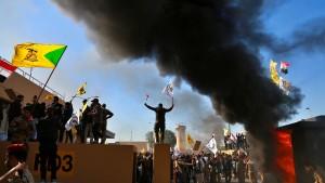Kampfhubschrauber über Botschaft in Bagdad