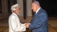 Einer der Wenigen: Der omanische Sultan Qaboos empfängt den israelischen Ministerpräsident Netanyahu in Muscat.