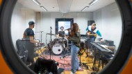 Die Band RIIVA von Rita Bavanati (Gesang), Maximilian Götte (Bass), Marius Brübel (Drums) und Tim Sensbach (Gitarre) im Proberaum