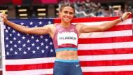 Sydney McLaughlin feiert ihre Goldmedaille.