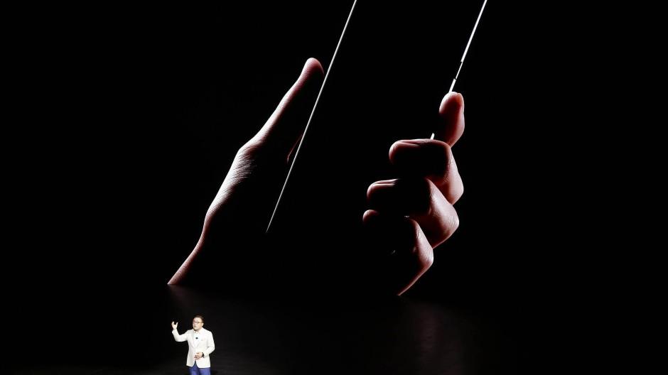 Kleiner Mensch, großes Smartphone: DJ Koh auf einer Produktpräsentation in New York