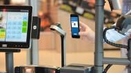 Lidls Plan: Einfach das Smartphone vor den Scanner halten, dann gibt's was billiger.