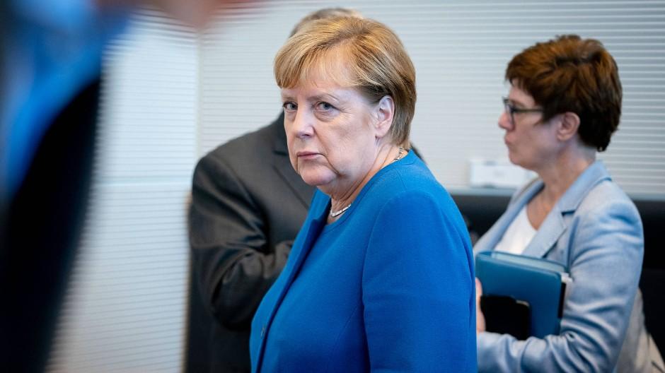 Kanzlerin Angela Merkel hat sich hinter den Vorstoß von Verteidigungsministerin Annegret Kramp-Karrenbauer für einen internationalen Stabilisierungseinsatz in Nordsyrien gestellt.