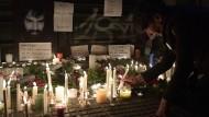 Kerzen und Briefe erinnern an den verschwundenen Bürgerrechtler Santiago Maldonaldo, dessen Leiche am Freitag gefunden wurde.