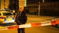 Eine Polizistin mit Maschinenpistole sichert den abgesperrten Tatort in der Gelsenkirchener Innenstadt.