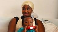Adama und ihr Sohn Mohammed hoffen, dauerhaft in Deutschland bleiben zu können.
