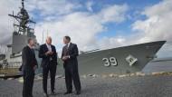 Werftchef Peter Lürßen (m.) beim Besuch von ASC Shipbuilding in Adelaide.