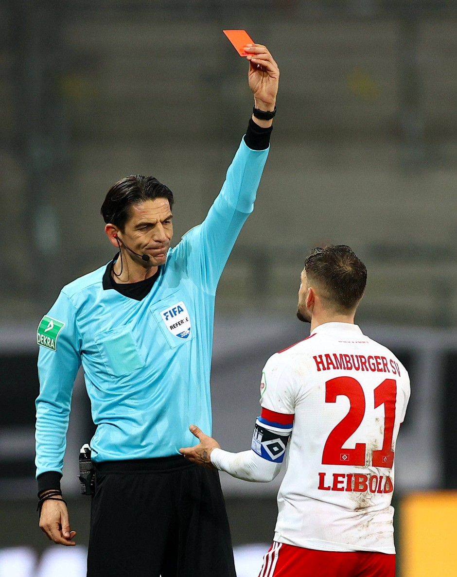 Schiedsrichter Deniz Aytekin zeigt Hamburgs Tim Leibold die rote Karte.