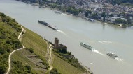 Malerische Aussicht: Blick auf die Ruine Burg Ehrenfels im Rheingau (Rüdesheim) und über den Rhein nach Bingen.