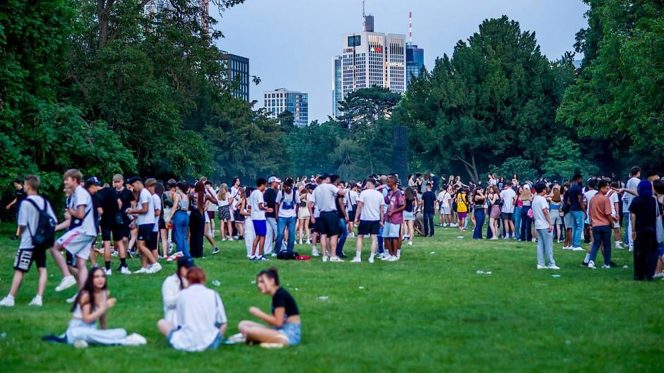 Sommerliche Menschenansammlung: Junge Leute treffen sich abends im Frankfurter Grüneburgpark – Virologen sorgen sich wegen der Delta-Variante.
