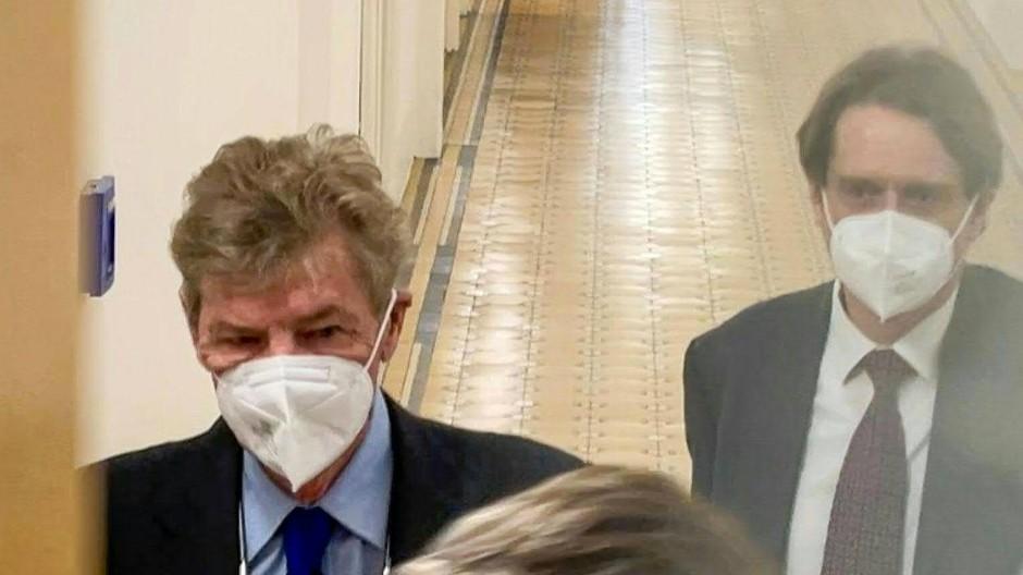 Kurzer Auftritt vor Gericht: Ernst August von Hannover (links) kommt am Dienstagmorgen zum Prozess gegen ihn.