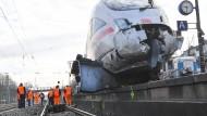 Schreck am frühen Morgen: Der entgleiste ICE schob sich sogar auf die Plattform des Bahnhofs in Griesheim