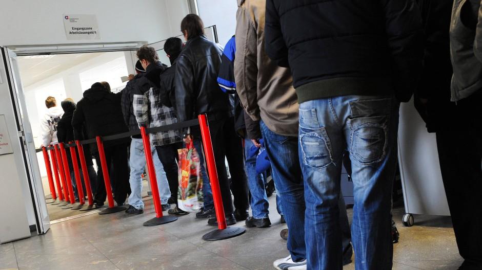 Im Mai haben sich im Euroraum weniger Menschen arbeitslos gemeldet als erwartet.