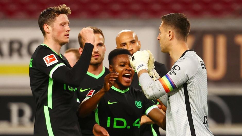 Die Wolfsburger freuen sich mit ihrem Torhüter Koen Casteels (r.), der einen Elfmeter beim VfB hielt.