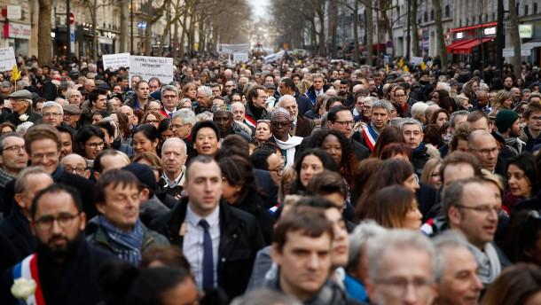 Tausende Franzosen marschieren gegen Antisemitismus