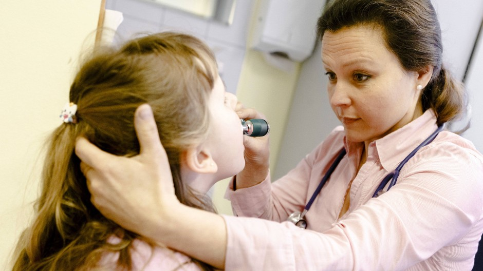 Nicht nur die Untersuchung, auch die Kommunikation ist beim Arztbesuch wichtig (Symbolbild)