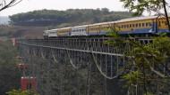 31. August 2015. Ein Zug ist unterwegs von Bandung nach Jakarta. Dabei passiert er in der Nähe von Padalarang, West Java, die Chikubang Brücke. Indonesien plant hier die erste Hochgeschwindigkeitsstrecke Südostasiens. Dann soll die Fahrzeit von drei Stunden auf 35 Minuten verkürzt werden.