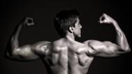 Ein Mann zeigt seine Muskeln: Das männliche Sexualhormon Testosteron ist ein populärer Bezugspunkt in Politik und Gesellschaft geworden.