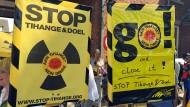 """Atomkraftgegner halten in Eupen Plakate mit der Aufschrift """"Stop Tihange und Doel""""."""