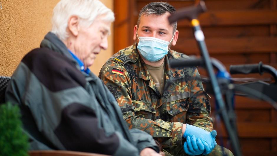 Einsatz im Rahmen der Amtshilfe: Ein Soldat der Bundeswehr spricht mit einem Bewohner eines Seniorenheims im Mai 2020 im nordrhein-westfälischen Solingen.