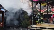 Glück im Unglück: Bei einem Brand auf dem Darmstädter Weihnachtsmarkt konnte die Feuerwehr nur knapp schlimmeres verhindern.