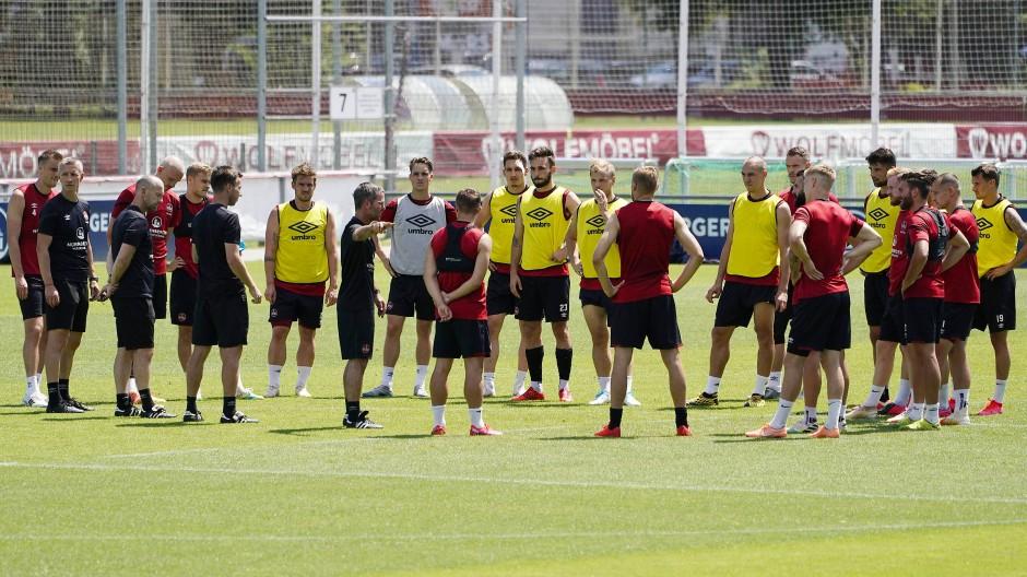 Anweisungen gegen den Abstieg: Die Mannschaft des 1. FC Nürnberg vor den Relegationsspielen gegen Ingolstadt mit Interimscoach Michael Wiesinger