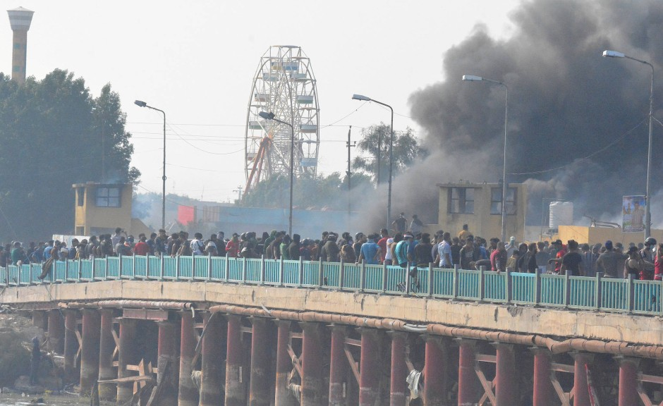 Demonstranten protestieren am Donnerstag in Nassiriya gegen die Regierung.