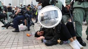 Ausschreitungen bei Demo in Hongkong
