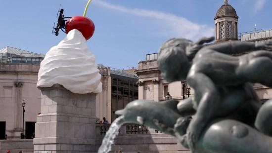 Riesiger Sahneklecks schmückt Trafalgar Square in London
