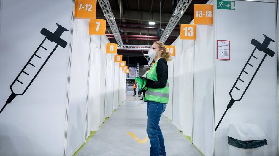 Kann losgehen: Eine Helferin wartet im zweiten neu eröffneten Impfzentrum Berlins.