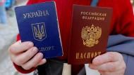 Für Ostukrainer soll es einfacher werden statt dem ukrainischen Pass (links) den russischen zu bekommen.