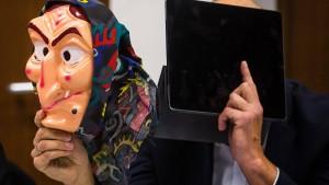 Maskierte verletzen eine Frau im Hexenkessel