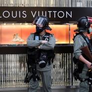 Welche Sonderrechte behält Hongkong? Polizisten vor einem Luxusgeschäft