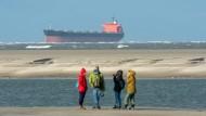 """Neue Touristenattraktion: Die """"Glory Amsterdam"""" steckt wenige Hundert Meter vor dem Strand von Langeoog fest."""