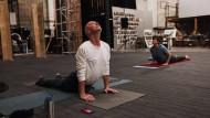 Mit Kollegen: Luk Perceval macht Yoga auf der Bühne.