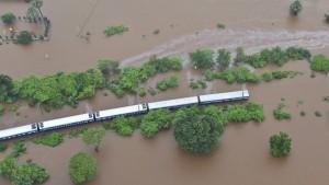 Zug bleibt mit etwa 800 Passagieren stecken