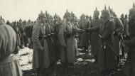 Kaiser im Krieg: Wilhelm II. zeichnet in der Nähe von Verdun Soldaten aus.