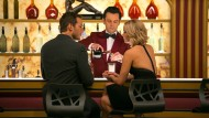 "Mann, Frau und Roboter-Barkeeper: Chris Pratt, Michael Sheen und Jennifer Lawrence im Film ""Passengers""."