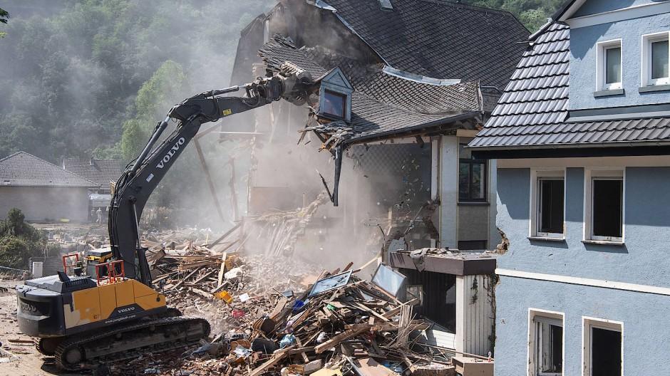 Ein von der Flut beschädigtes Haus in Altenahr (Rheinland-Pfalz) wird abgerissen.
