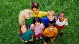 Was Eltern und Erzieher gegen Rassismus unter Kindern tun können